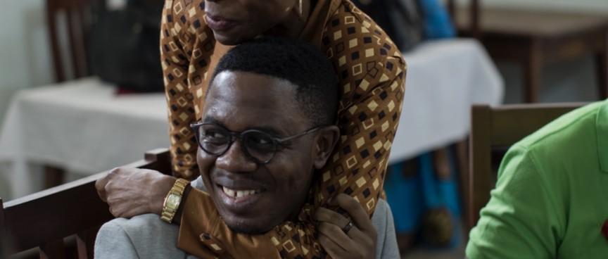 HIV Aktivist wird umarmt