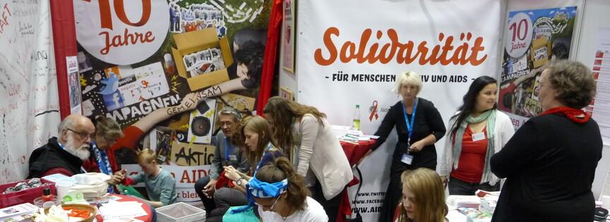 Foto Stark besuchter Infostand des Aktionsbündnis auf dem Kirchentag in Hamburg 2013
