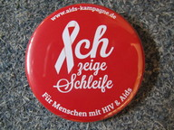 """Button """"Ich zeige Schleife für Menschen mit HIV&Aids"""""""
