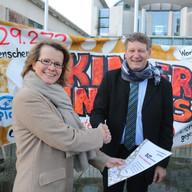 """Unterschriftenübergabe """"Kinder ohne Aids""""-Kampagne an Bundeskanzleramt. 30.11.2015"""