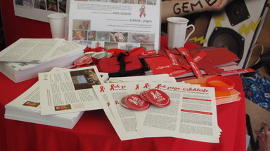 Foto Infotisch des Aktionsbündnis gegen AIDS